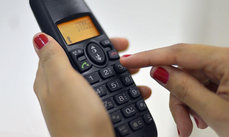 Brasília - Ligação de telefone fixo para celular ficará 13% mais barata em março. A Anatel publicou hoje (24), no Diário Oficial, as novas tarifas de remuneração de redes móveis (Marcello Casal Jr./Agência Brasil)